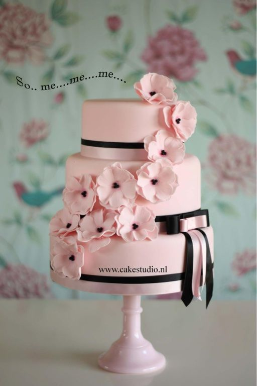 This beautiful cake is made by Constance Huibers of the Cake Studio. Love this!