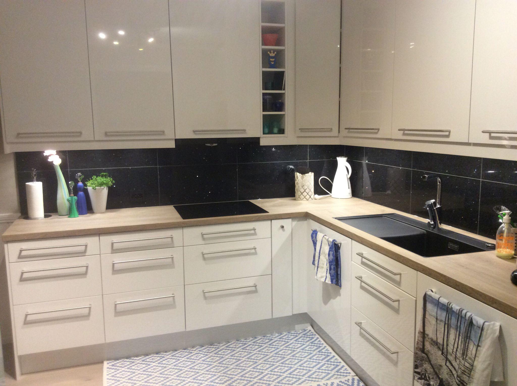 Epoq kjøkken med sorte, glitrende granitt steinfliser | Кухни для ...
