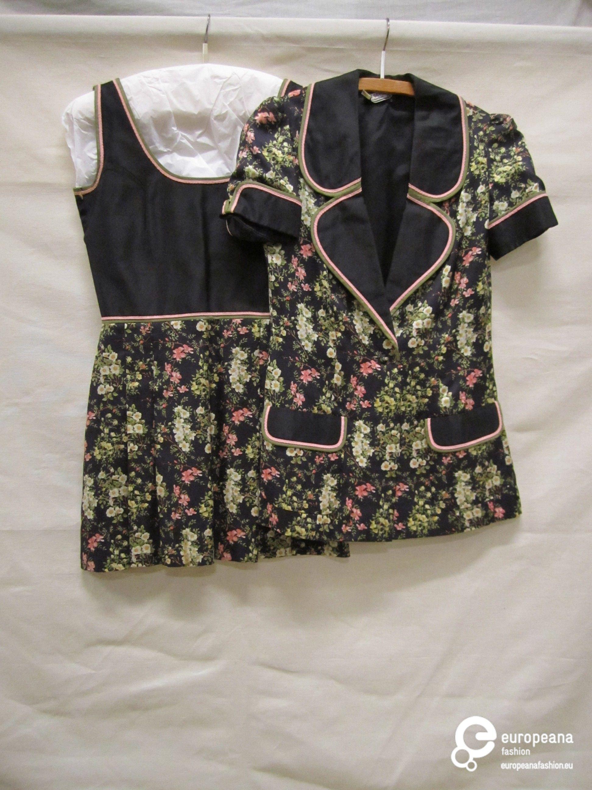 Ensemble van zwarte zijde bedrukt met bloemboeketjes, roze afgebiesd, bestaande uit mini-jurk en jasje | Frank Govers [1932-1997] (ontwerper) and Govers, Frank (Designer) - Europeana