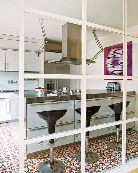 Esta casa madrileña es fruto del trabajo en equipo del arquitecto Ricardo Elizondo y la interiorista María Lladó, que consiguieron hacer realidad el deseo de sus propietarios: espacios modernos,...