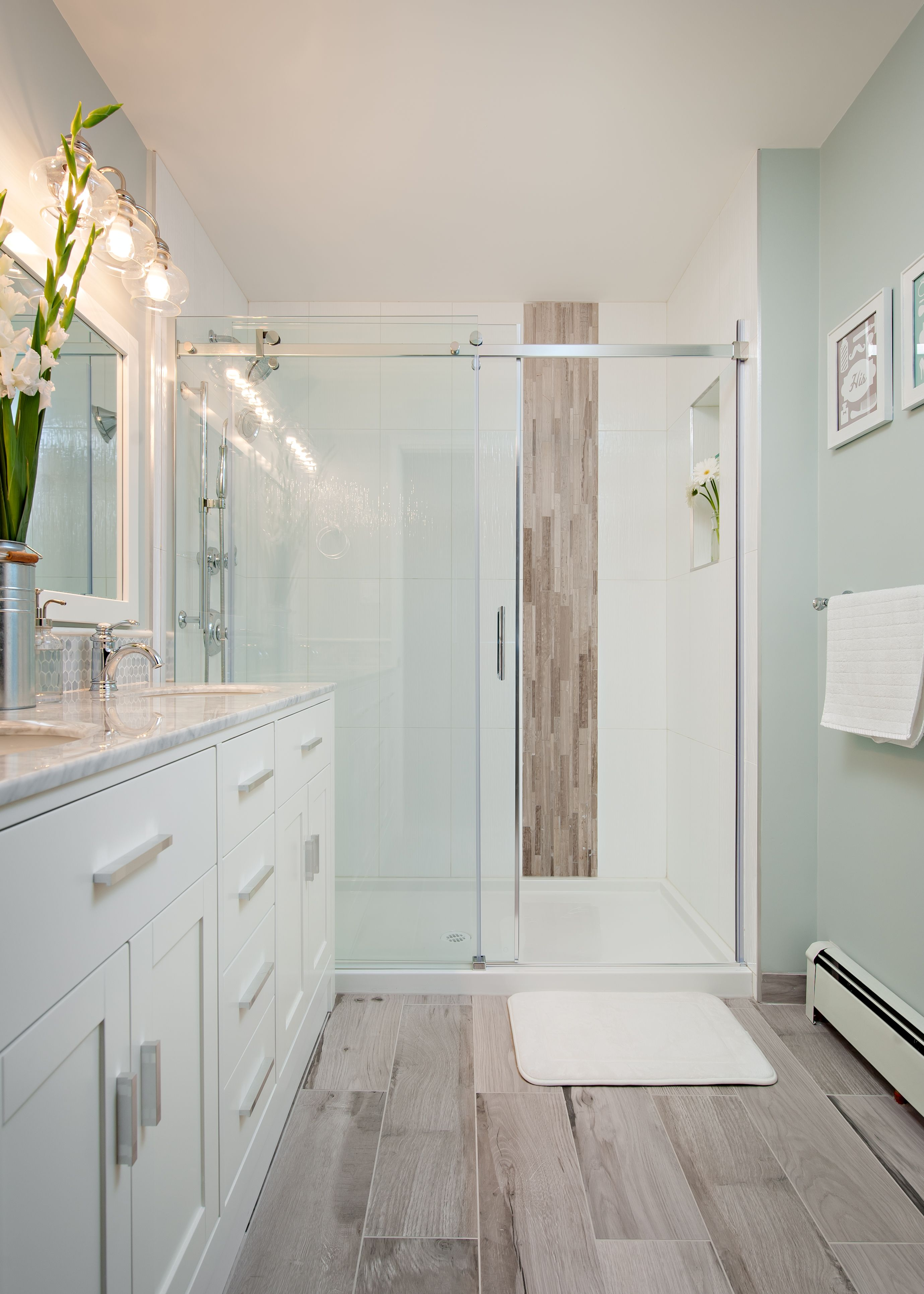 This mixture of textures and colours gives this bathroom it\'s modern ...