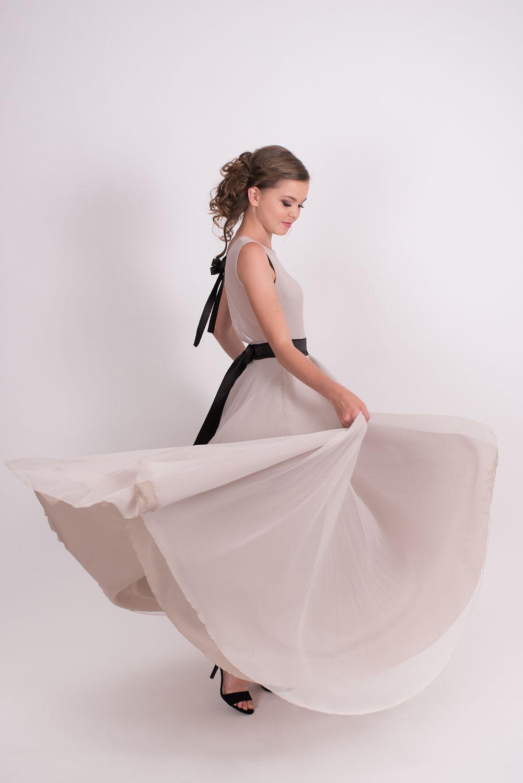 6b5ac6476ad0 Dívčí a dámská dlouhá šifonová béžová sukně a body s mašlí. Cena od 6499 Kč
