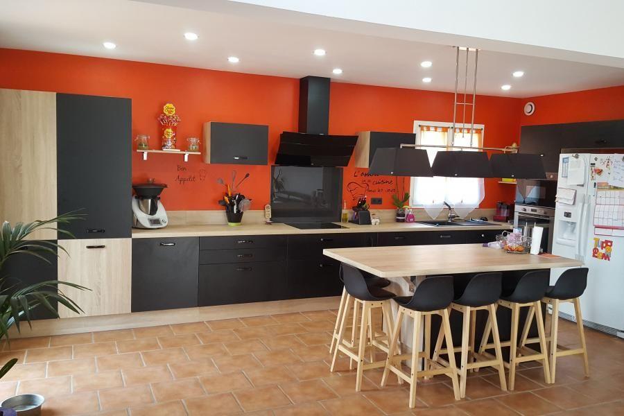 {Cuisine client} Grande cuisine ouverte avec îlot central, alliance de façades noires mat et du bois. Conception : SoCoo'c Plan de Campagne #cuisine #cuisineéquipée #grandecuisine #cuisineouverte #bois #noir #ilot