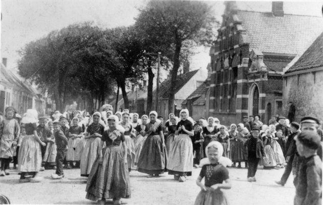 Leerlingen verzameld voor de openbare school aan de Zuidstraat; 1910