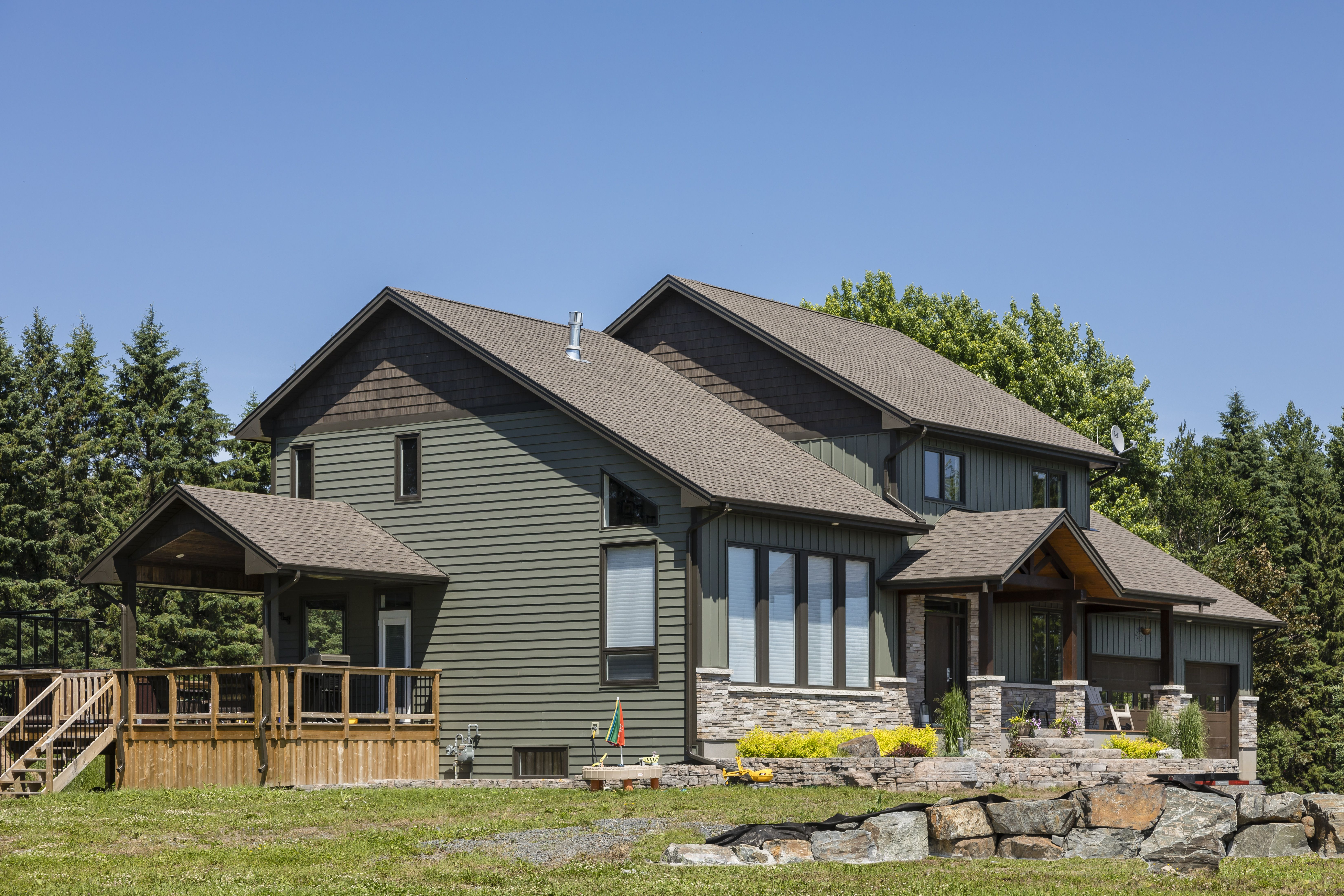 Royal Haven D7 And Board Batten Siding In Shamrock House Exterior Insulated Siding Exterior Siding