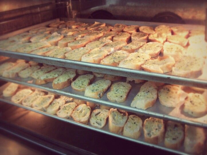Tostaditas de pan con mantequilla de ajo y finas hierbas