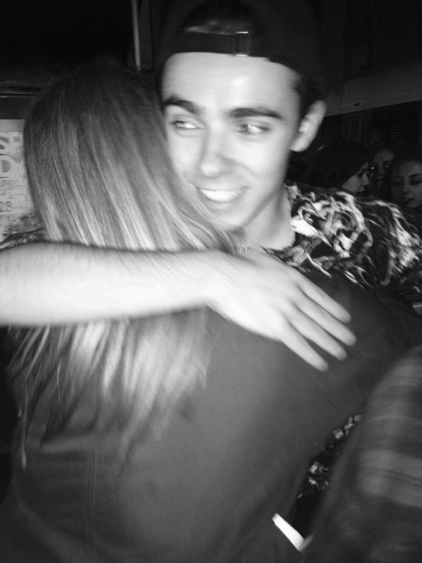 Nathan com fã (@_carlsss) depois do show em Brighton, na Inglaterra. #CoberturaTWBR