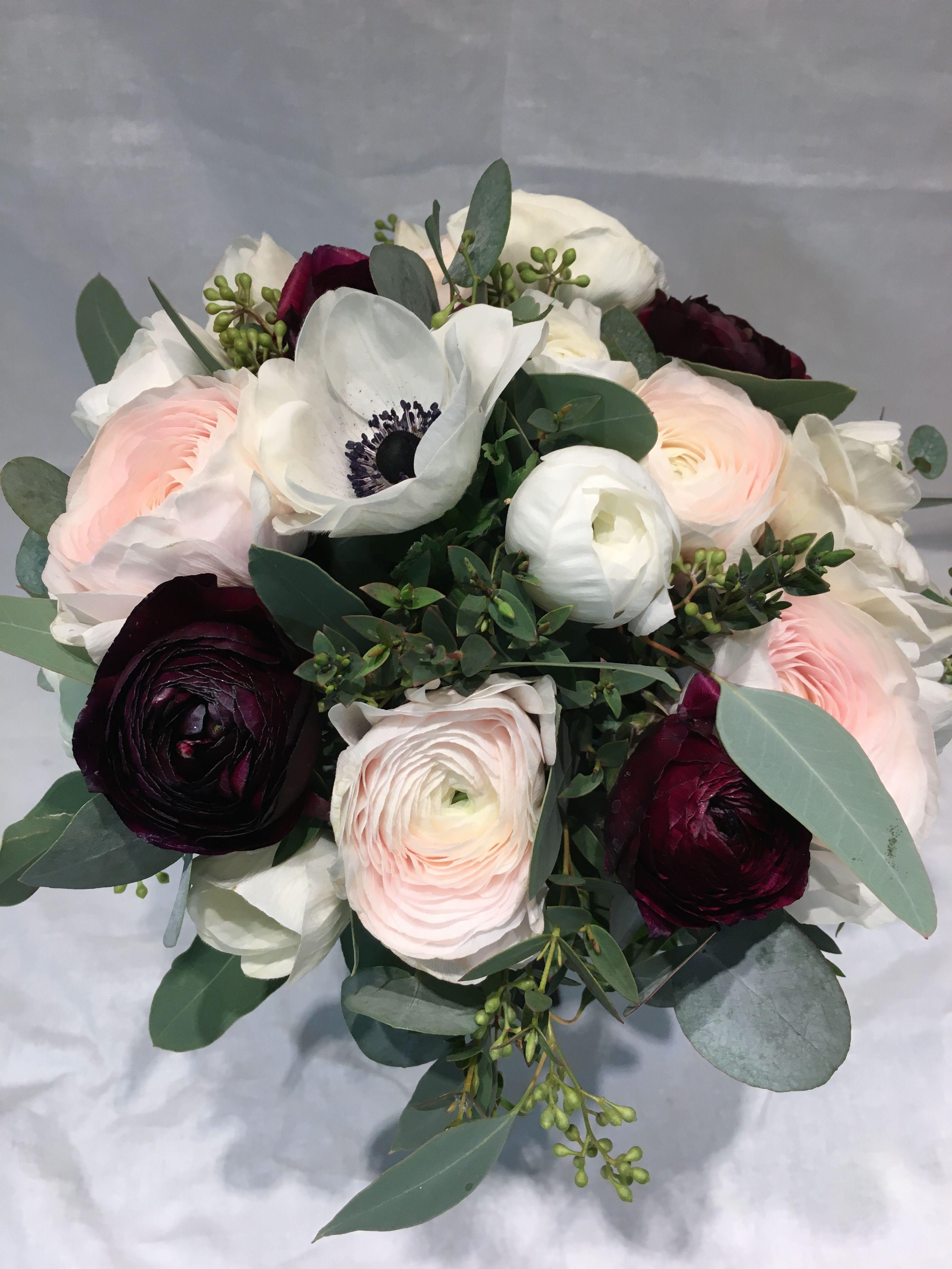 118bbf127ec0 Brudbukett med vinröda, rosa och vita ranunklar, anemoner, eucalyptus med  bär