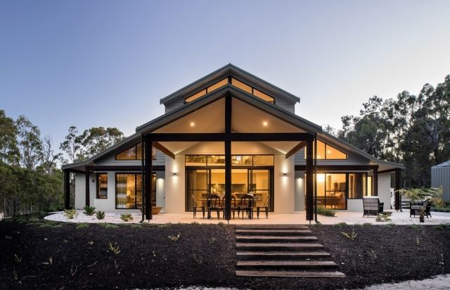 Modernes haus mit satteldach berdachte terrasse sitzecke for Modernes haus terrasse