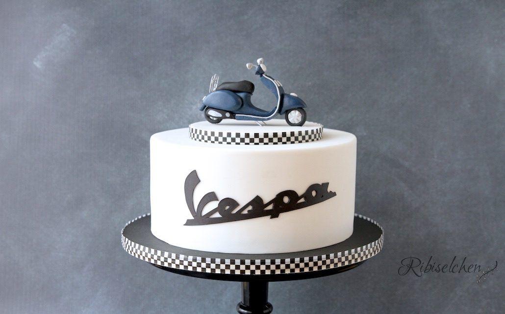 Vespa Torte mit modellierter Vespa aus Fondant und Schriftzug Vespa