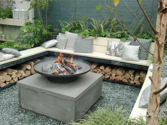 22 Backyard Fire Pit Ideas with Cozy Seating Area #feuerstellegarten Unter dieser Bank an der Feuerstelle hat man das Feuerholz immer griffbereit... . #Area #Backyard #Cozy #diese #feuerstellegarten #Fire #Ideas #Pit #Seating #unter #campfire