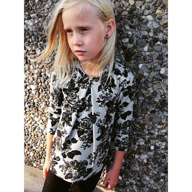Vi triller stadig efterårsnyheder ud i vores butikker - i disse dage er denne gråmelerede jersey med sort blomsterprint på landevejene. Den er god til alle de hurtige og de bløde modeller. Her er det kjolemodellen Aya, der er kortet af til en bluse.