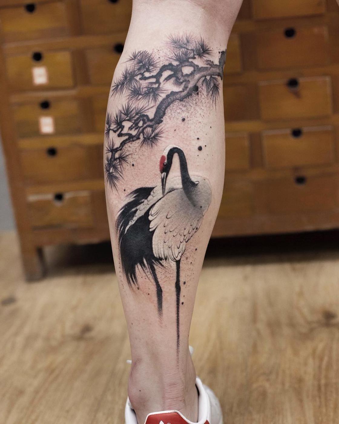 Tatuaje de una avestruz en la pierna