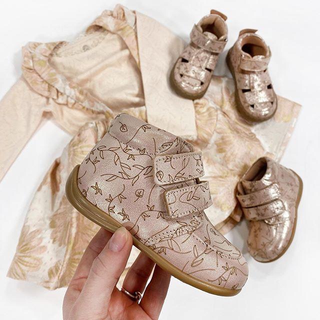En Fant SS20 nyheder!! 🥰🌸💕 Så mange fine begyndersko, støvler, sandaler og ikke mindst tøj-styles fra En Fant er landet på shoppen!! 🤤 De skal ses! Der er så mange fine sager til både pigerne og drengene! 👏 Og de fine begynder sko og sandaler på billedet er på shoppen i str. 19-24 og 21-28, og det fine print kommer også på hjemmesko og chelseaboots! 😍 #kidsworlddk #kidsworld #enfant #enfantsko #enfantss20 #ss20 #forår #spring #summer #sommer #blomster #print #rosa #rose #guld #gold #sandal