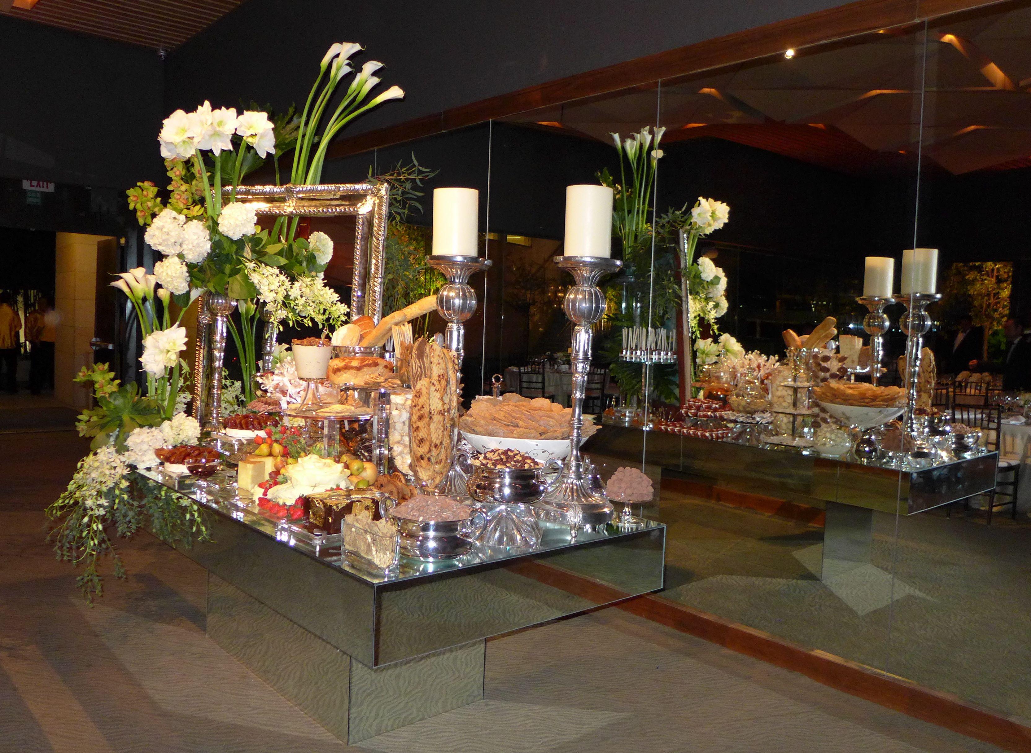 Mesa espejo como mesa de quesos y postres en boda for Mesa espejo