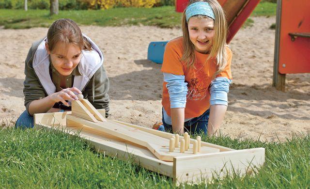 Diese tolle Garten-Kegelbahn kann man selbst bauen. Die Kiddies wird es freuen! #Bauanleitung #Hobby #Freizeit