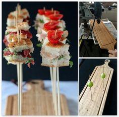 Zo maak je zelf van een snijplank een handige hapjesplank met satéprikkers! 1. Koop een leuke snijplank (deze heb ik bij de Action gekocht). 2. Meet met een centimeter de gaatjes op gelijke afstand van elkaar en zet een potloodpuntje op de juiste plek. 3. Boor kleine gaatjes in de plank ter grootte (dikte) van een satéprikker. 4. Maak b.v. mini-sandwiches. #hapjes