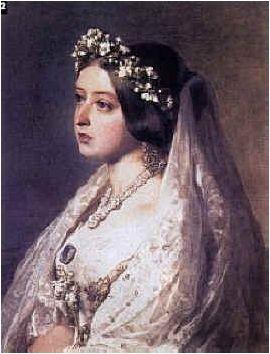 < 영국 빅토리아 여왕의 초상화>, 작자미상. 순백의 웨딩드레스는 언제부터 보편적인 결혼의상이 되었을까? 수세기에 걸쳐 각자 사회 경제적 지위에 맞는 결혼식 옷을 갖춰입었고, 문상용의 검정과 매춘부들이 주로 입는 빨강을 제외하면 어느 색이든  좋았다고 한다. 그러다 1840년, 영국의 빅토리아 여왕이 결혼식 때 공식적으로 은색 드레스 대신 하얀 드레스를 입자, 유행이 되어 급속도로 퍼졌다. 하얀색은 깨끗함, 순결을 나타낼 수 있는 소재이고, 다른 색보다 눈에 띄니까 신부를 더욱 돋보이게 할 수 있는 것 같다.