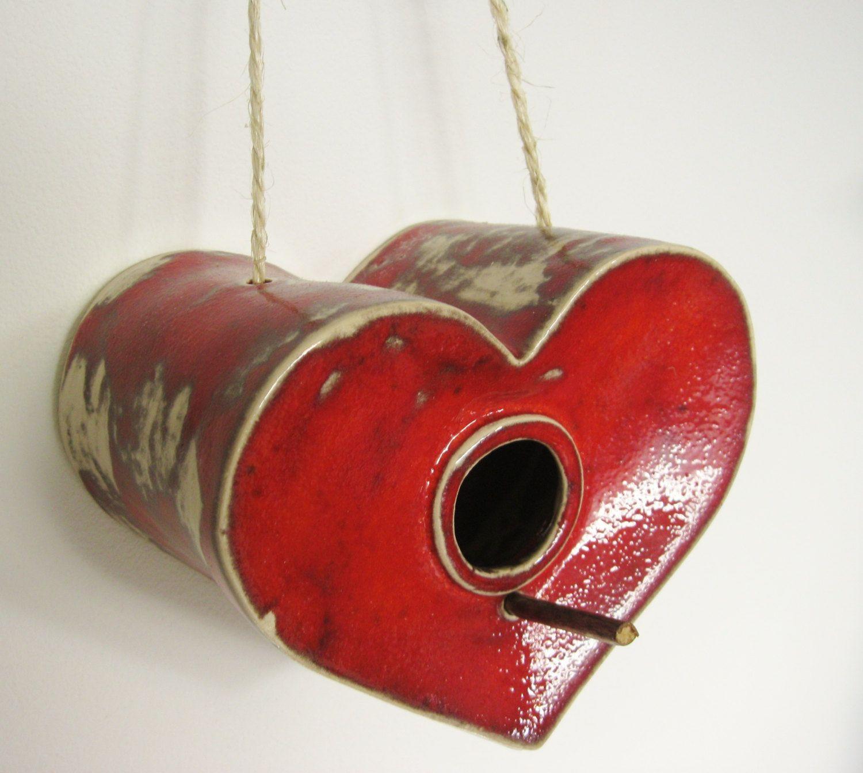 Rood keramieken vogelhuisje. €52,00, via Etsy.
