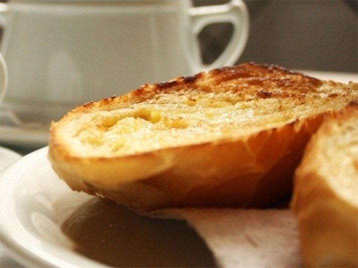 pao velho com manteiga espetado no garfo e torrado diretamente no fogo do fogao ou na chapa na frigideira? raramente - Google Search