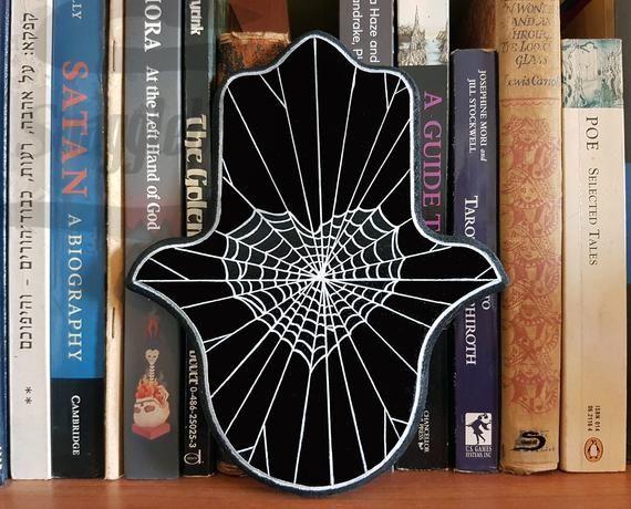 Spider web heart hamsa wall art - Decoración de la pared del hogar gótica pintada a mano, Witchy spiderweb room art, Regalo de amor en blanco y negro para novia  #decoracion #gotica #hamsa #heart #hogar #pared #spider