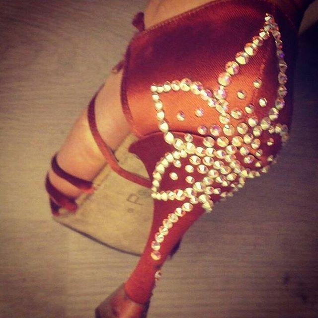 A flower#unavitaperladanza #dancesportshoes #danceshoes #Swarovski #strass #shoes #latinshoes #ballroomshoes #decorazioni #instadance #atelier #scarpedaballo #shoesofdance