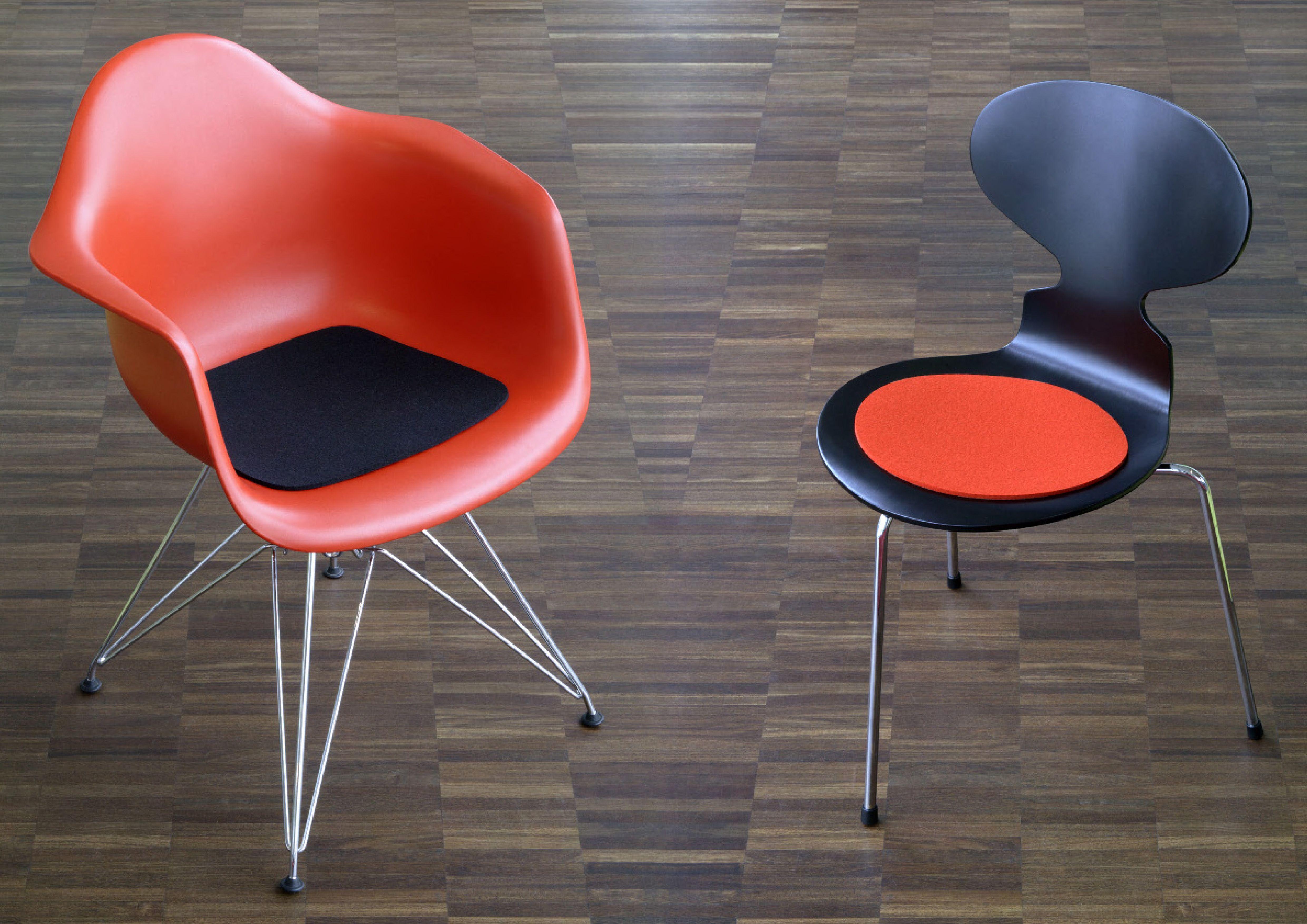 Vilt Kussen Eames : Kleurrijk contrast in deze setting van de eames armchair en de