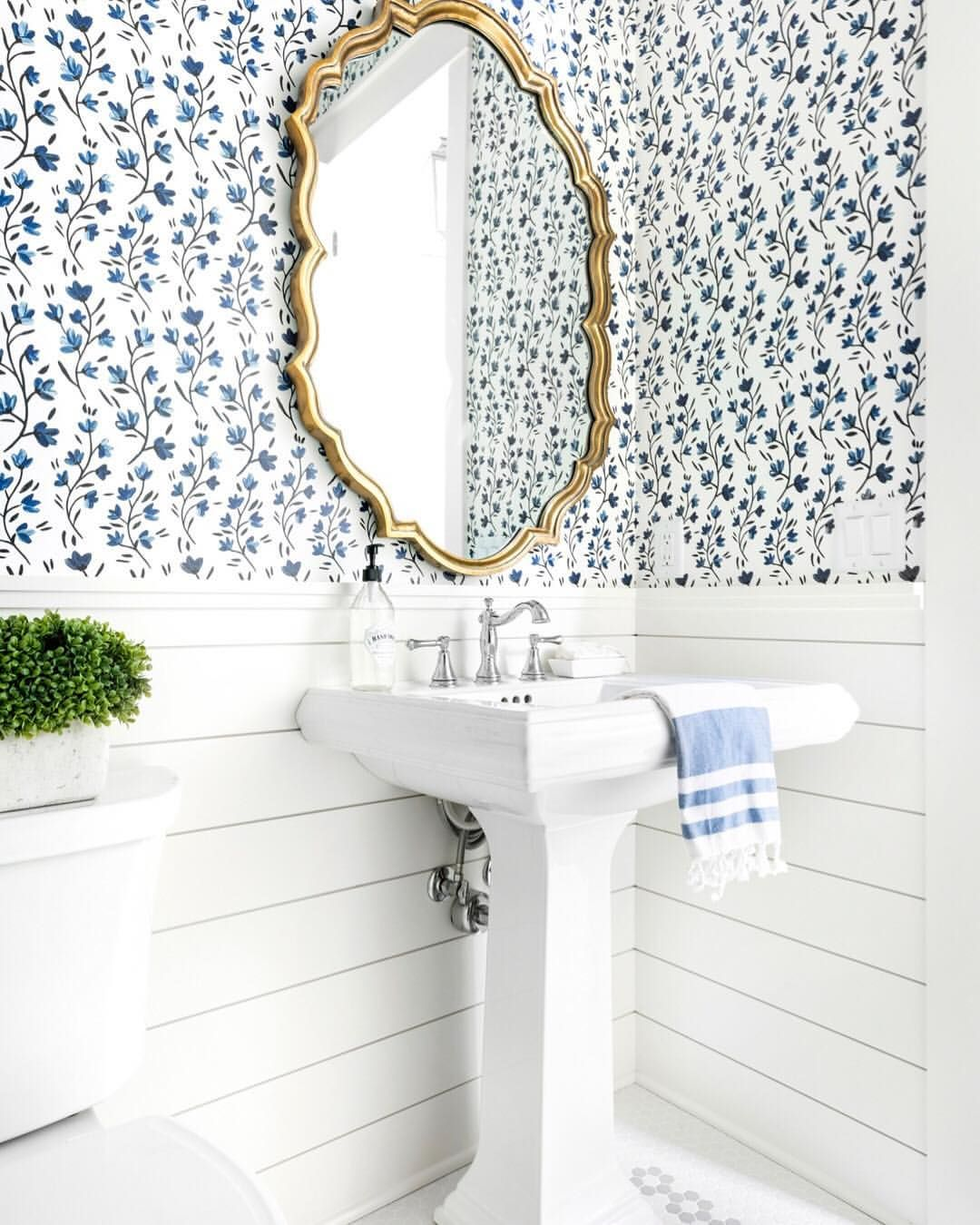 Love the woodwork and wallpaper! (With images) Shiplap