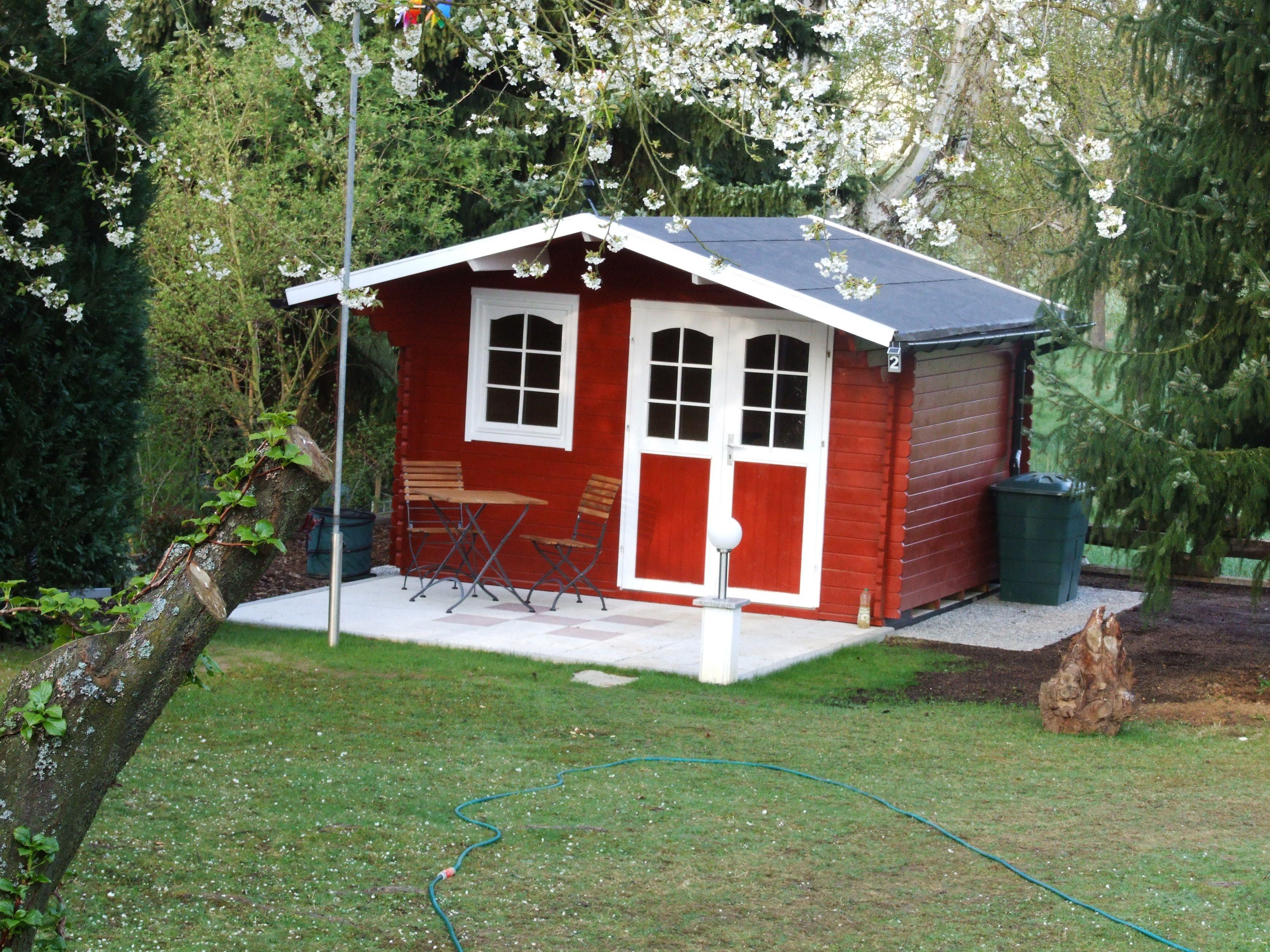 das gem tliche gartenhaus in schwedenrotem anstrich bietet auf seiner terrasse platz f r. Black Bedroom Furniture Sets. Home Design Ideas