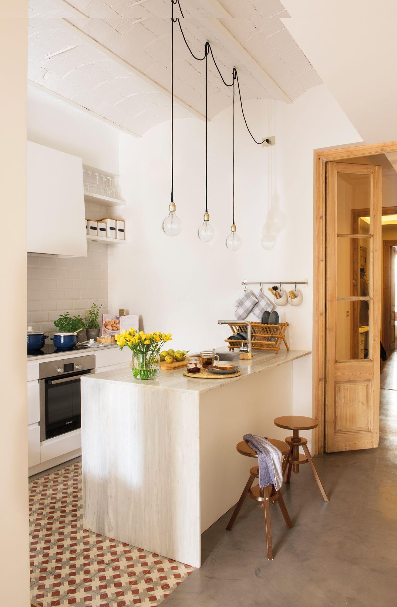 Cocina blanca peque a organizada en dos frentes paralelos for Cocinas blancas pequenas
