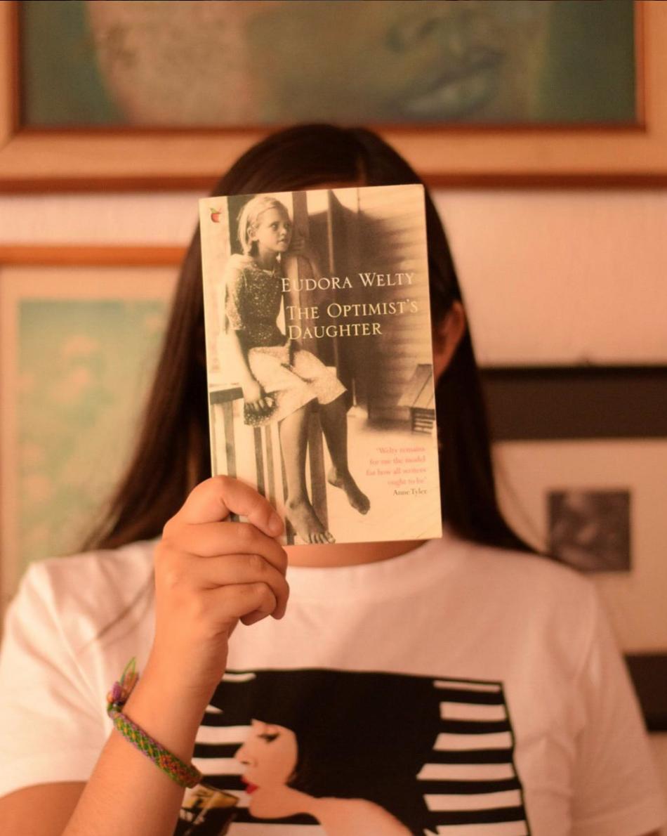 #CatrinasRecomiendan: The Optimist's daughter de #EudoraWelty. Una sublime novela de independencia, amor y nostalgia que se construye en detalles.Tras la repentina enfermedad de su padre,el bienamado juez de un pueblito en Mississippi, Laurel McKelva vuelve a su hogar de la infancia y enfrenta recuerdos olvidados y nuevas revelaciones. #LetrasCatrinas #ponteellibro