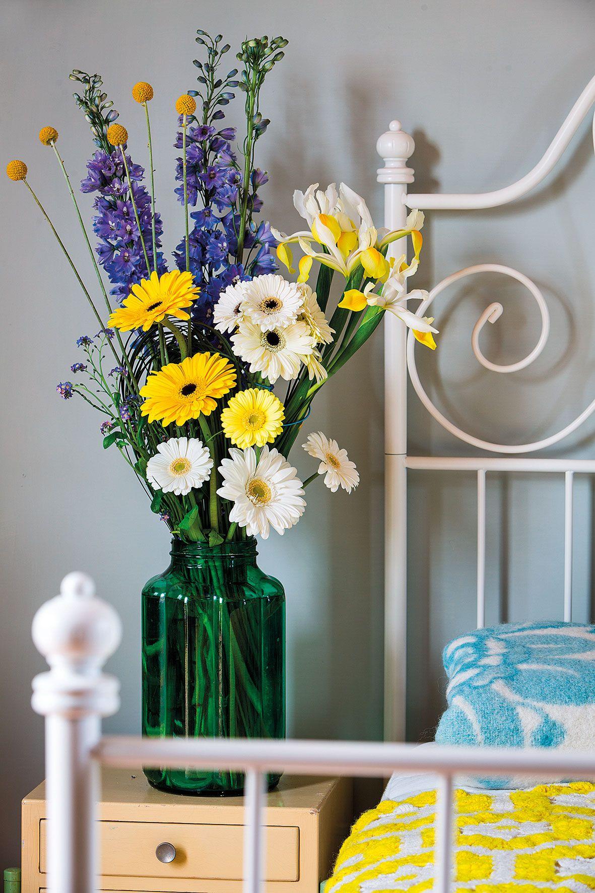 Wonderful gerbera bouquet in a green vase #yellowgerberas #whitegerberas #inspiration #colouredbygerbera #dutchgerbera