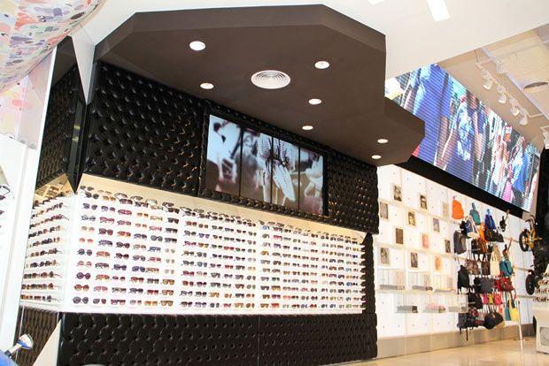 Beaucoup d'écrans digitaux dans le flagship store Chilli Beans au Brésil.