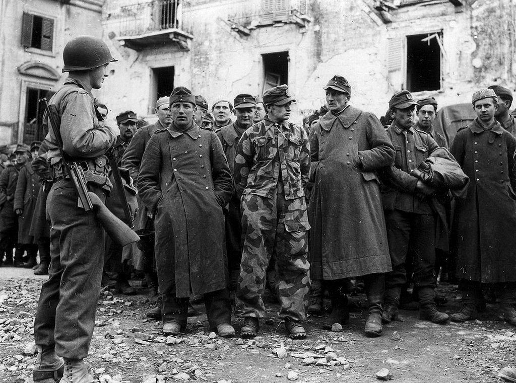 1944, Italie, Anzio, POWs allemands sous la garde d'un GI   Flickr - Photo Sharing!