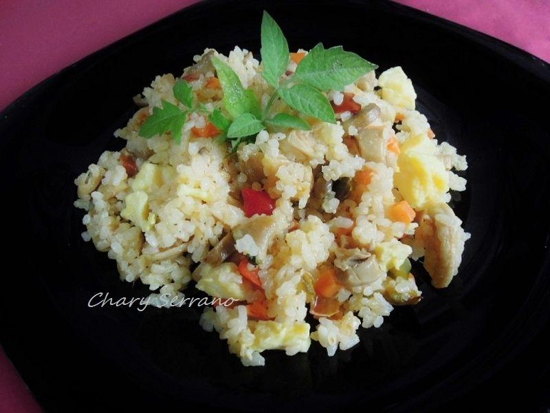 Una variante del típico arroz 3 delicias. Es una receta muy equilibrada en cuanto al aporte de nutrientes y calorías, apta para dietas y con mucho sabor. Sencilla y rápida de hacer Ingredientes para 2 personas: 80 g. de arroz (pesado en seco) ** 1 diente...