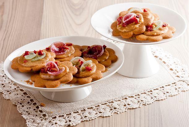 AURA sinihomejuustolla maustettu kinuskikastike yhdistää suolaisen ja makean herkullisella tavalla. http://www.valio.fi/reseptit/aura-kinuskipiparkakut/ #valio #resepti #ruoka #recipe #food