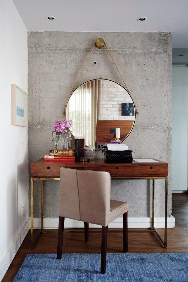 Penteadeira   Tanto o móvel de madeira pau-ferro e estrutura de ferro como  o espelho de latão e couro foram desenhados pelo arquiteto. 7bedea50d0