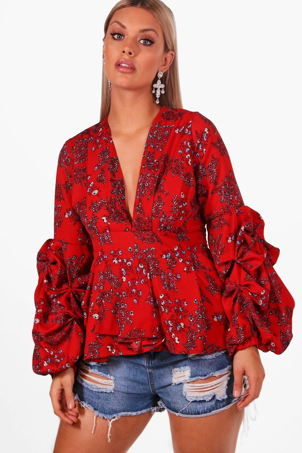 823e2930b6f Click here to find out about the Plus Linda Floral Ruched Sleeve Smock Top  from Boohoo
