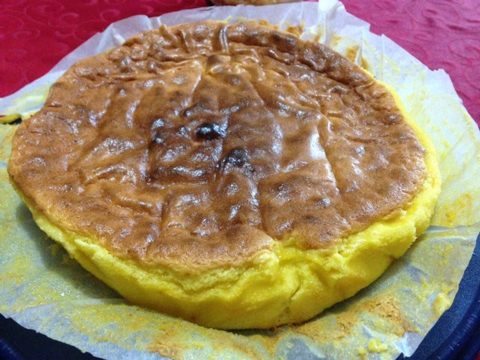 INGREDIENTES 6 ovos 1 pitada de sal 80 g de açúcar 100 g de manteiga 200 g de chocolate branco em pedaços 50 g de farinha PREPARAÇÃO Ligue o forno a 200ºC Insira a borboleta Coloque no copo as claras e o sal > bata 6 min/vel 3,5 Adicione 20 g de açúcar > bata