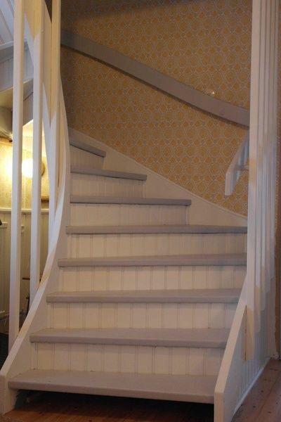 klädd trapp,sandfärg,norrbottensgård,hall