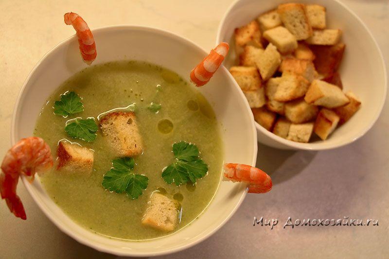 Broccoli soup with prawns
