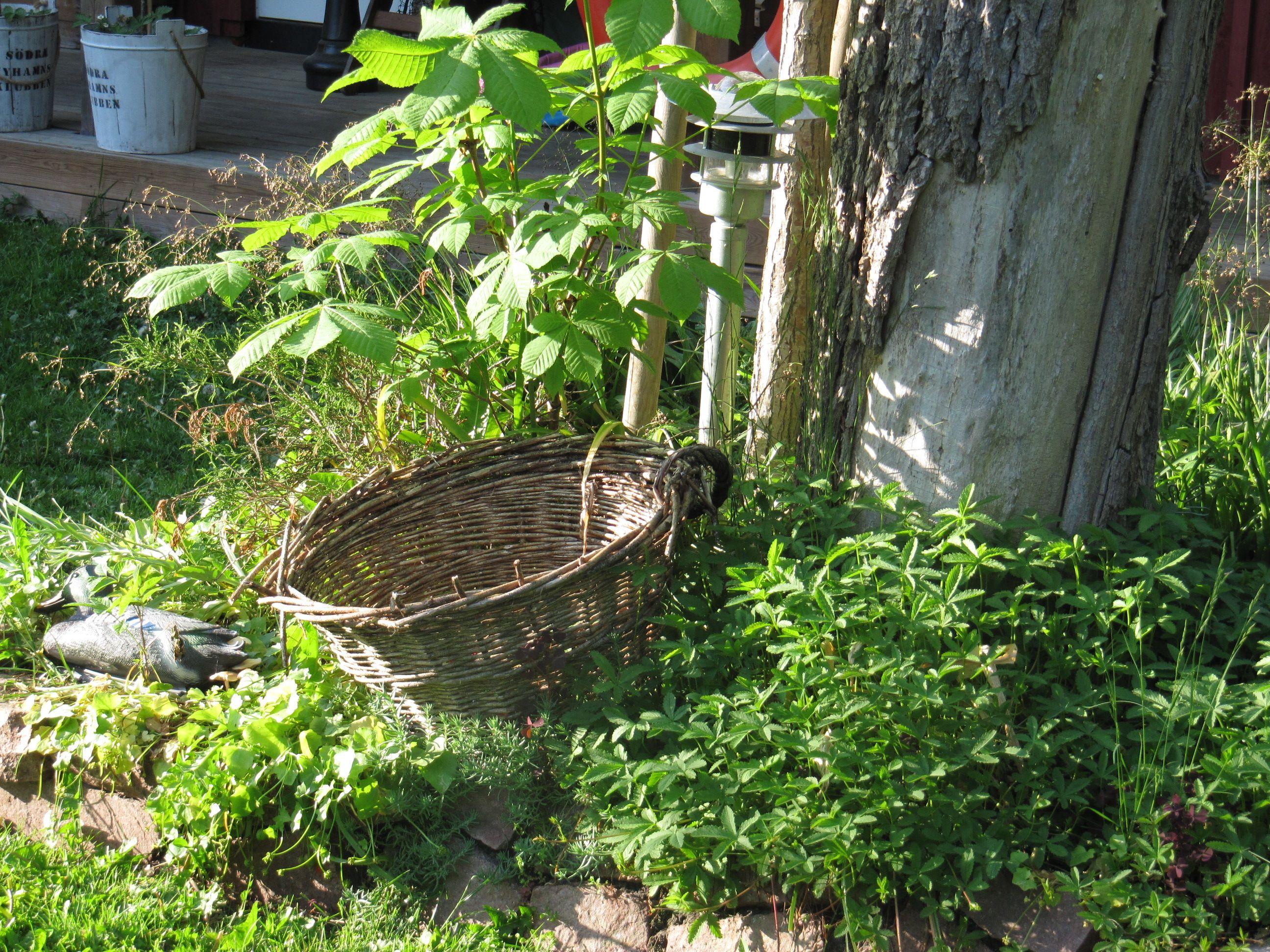 Tökkää vanha pajukori - jopa pohjaa vailla käy - kukkapenkkiin ulkoleluja varten. Säästyt siivoamiselta ja kompastelulta. Eikä näytä hassummalta!