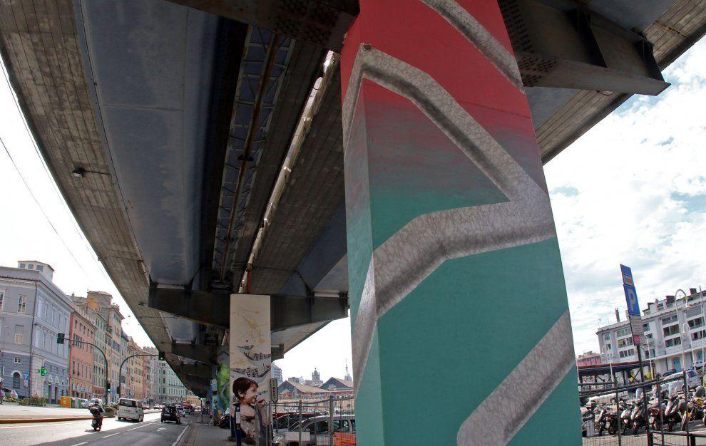 Genova, murales sotto la sopraelevata: una ninfa circondata dai ...
