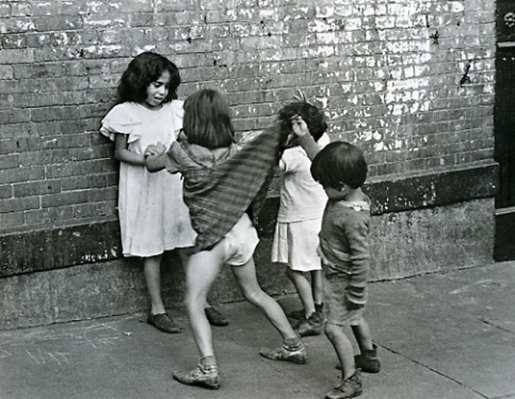 new york | boy lifting girl's skirt | foto: helen levitt