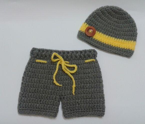Conjunto em crochê para meninos composto por  Touca cinza com listra  amarela e botão grande de madeira e short cinza cm cordão amarelo. 970f5f8b974