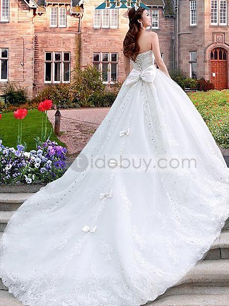 lujoso vestido de novia silueta línea a escote corazón y cola