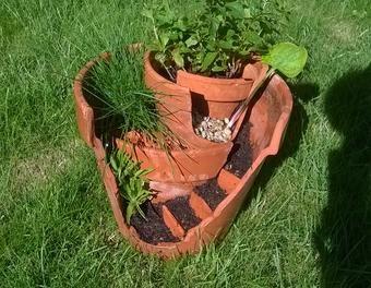 composition florale avec des pots cass s composition pots cass s bosch au jardin en. Black Bedroom Furniture Sets. Home Design Ideas