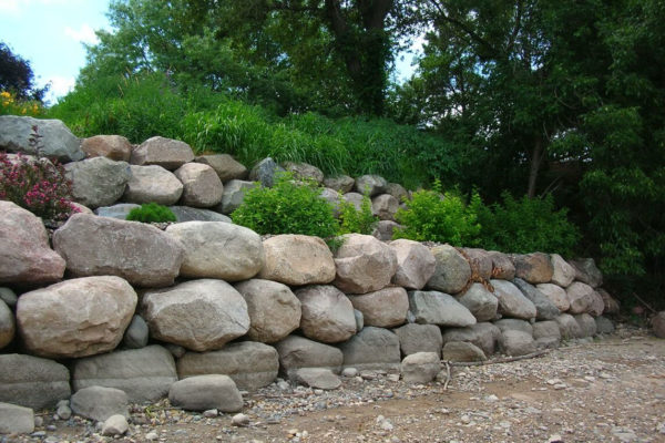 Boulder Retaining Walls Retaining Wall Contractors Minneapolis Mn Retaining W In 2020 Landscaping Retaining Walls Boulder Retaining Wall Natural Stone Retaining Wall