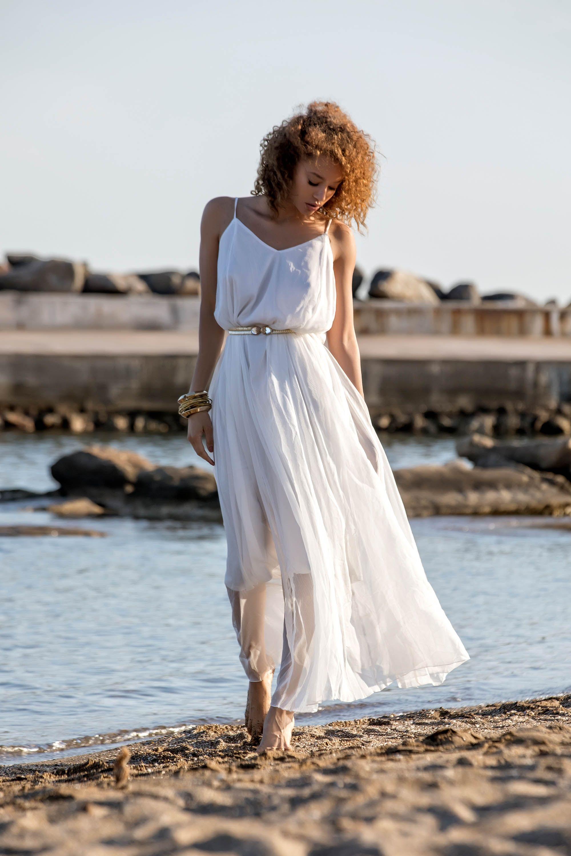 cfa8c9a86275 Αέρινο φόρεμα με τιράντες και χρυσό ζωνάκι στη μέση για να αναδείξεις το  στυλ σου.