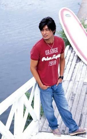 赤いTシャツの坂口憲二